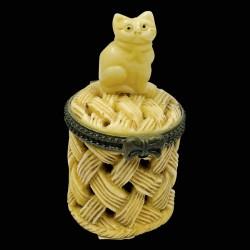 Petite Boîte os sculpté - Netsuké : Chat sur Panier, H. 5,6 cm