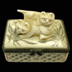 Petite Boîte os sculpté - Netsuké : 2 chats, H. 4,8 cm